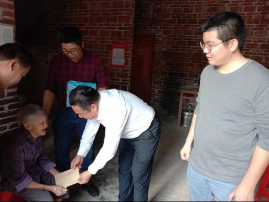 省地方志办党组成员、副主任丘洪松带队到对口帮扶村慰问440.png