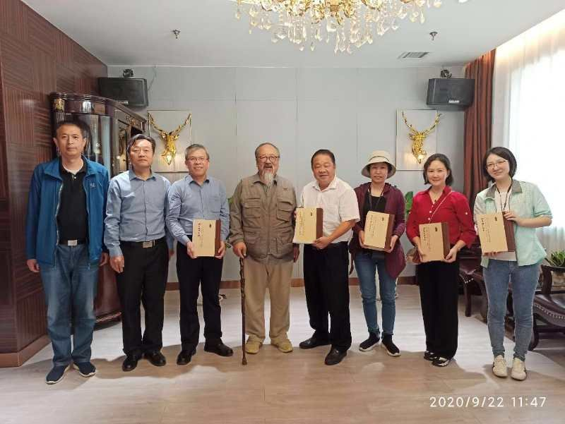 陈端度老师为广东地方志机构捐赠书籍.jpg